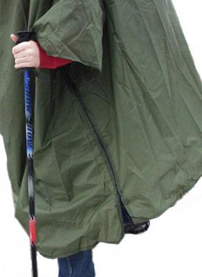 a9357aa4a9 Po straně pláštěnky jsou vsazeny krátké rukávy a spínání boků je na zipy.
